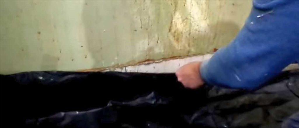 Расстилаем пленку и крепим ее края к стенам