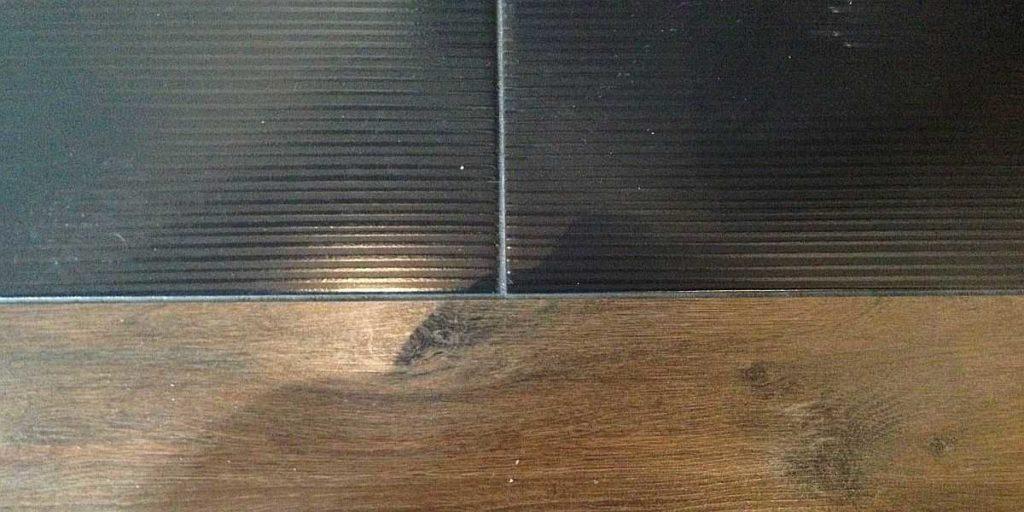Стыковка ламината и плитки силиконом без порожка