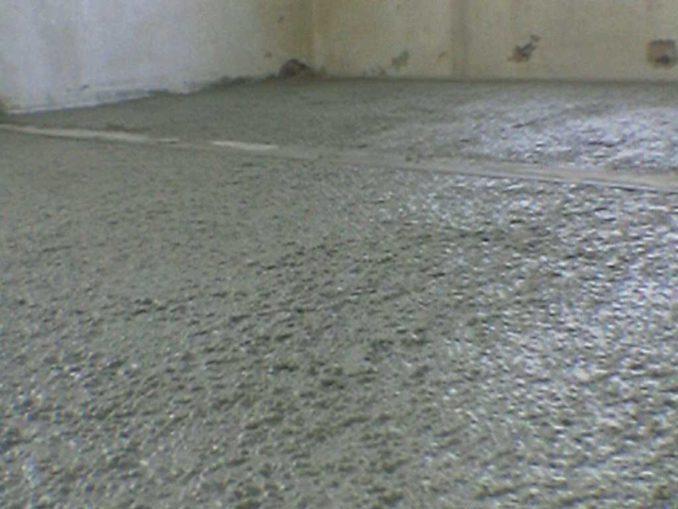 Сильно ровнять бетонную подготовку нет смысла, хотя на слишком неровное основание тяжело наплавлять пароизоляцию