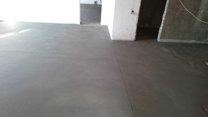 Качественная цементная стяжка пола имеет совсем небольшие перепады, а для минимизации трещинообразования, заложены деформационные швы