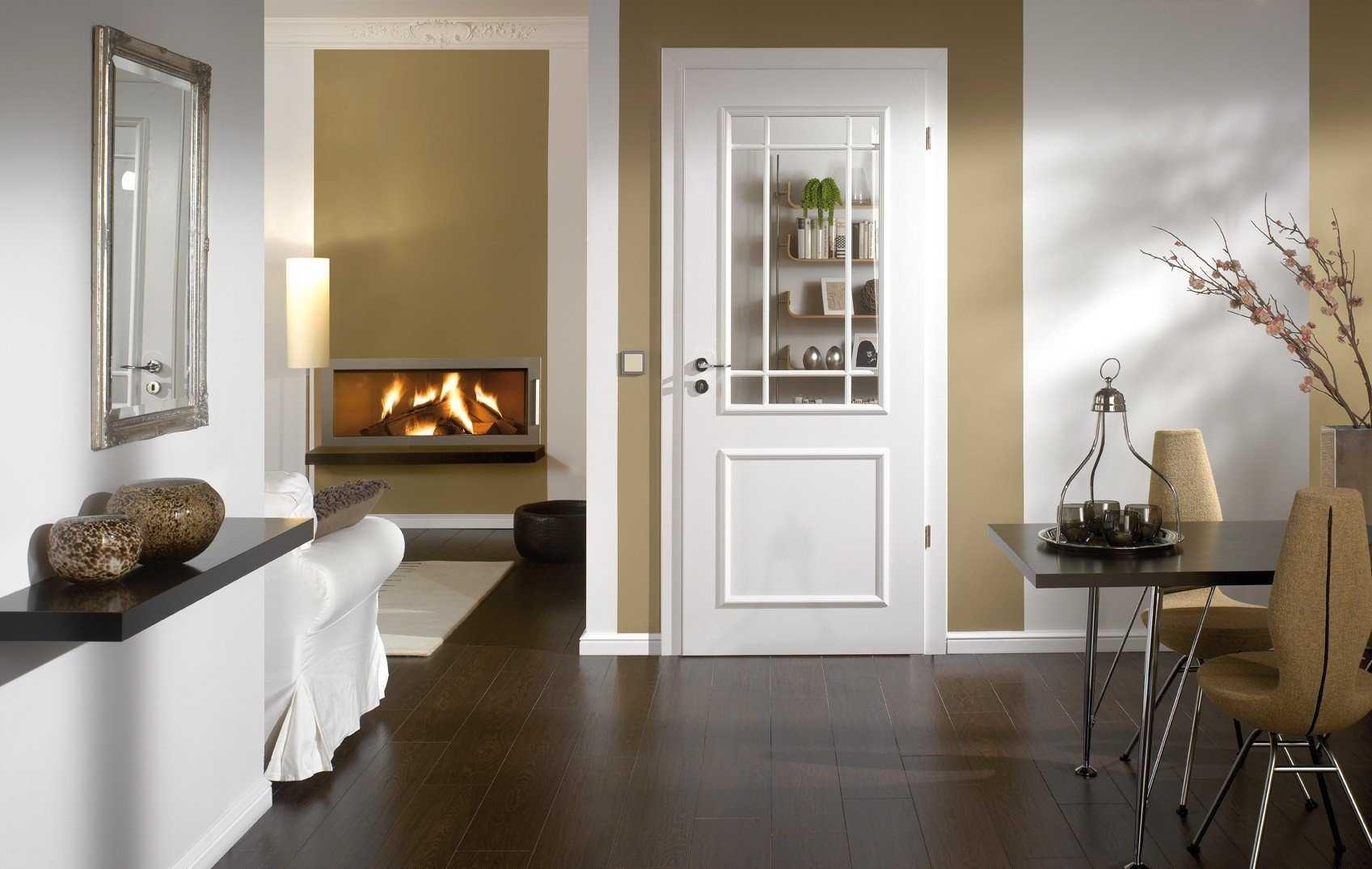 темный пол белая дверь в квартире