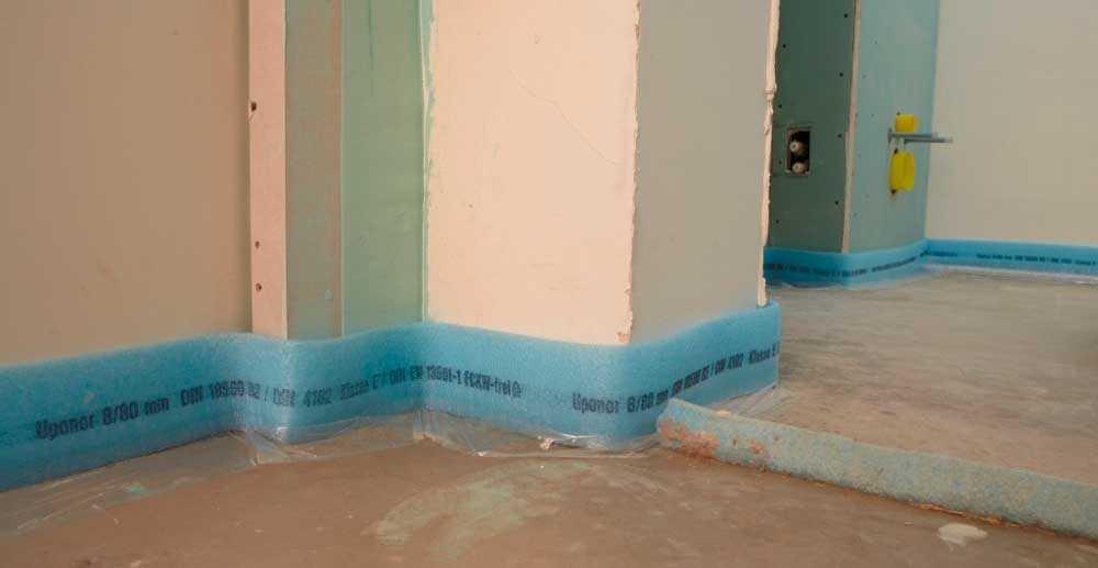 Если говорить про квартиры, то деформационные швы в бетонных полах - это уложенная по периметру помещения и в дверном проходе перед заливкой стяжки лента