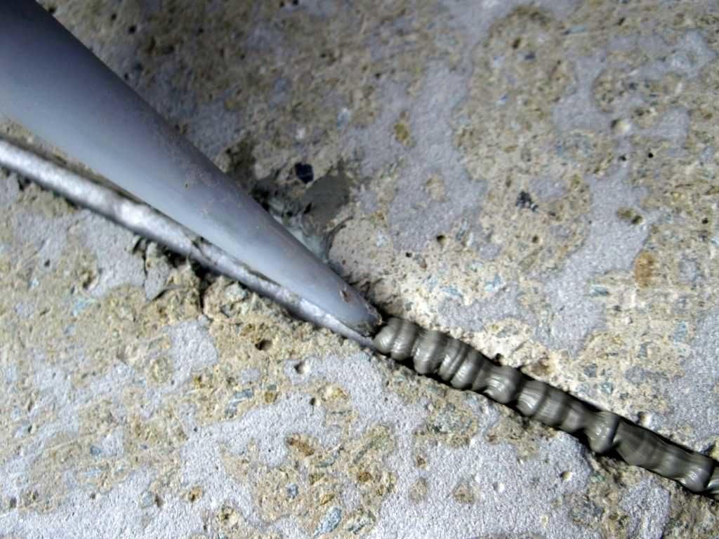 Для заполнения швов применяют герметик