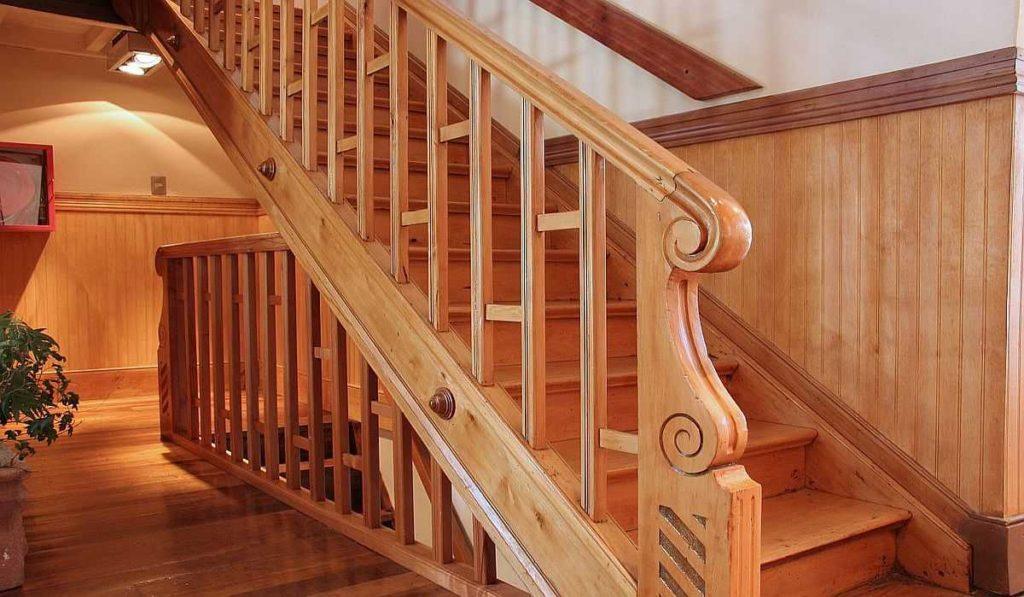 Так выглядит лестница с подбалясенником. Это доска, к которой крепятся стойки. Она, в свою очередь, крепится к тетиве