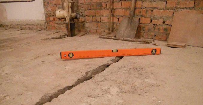 Выравнивание бетонного пола в таком состоянии - совсем нелегко