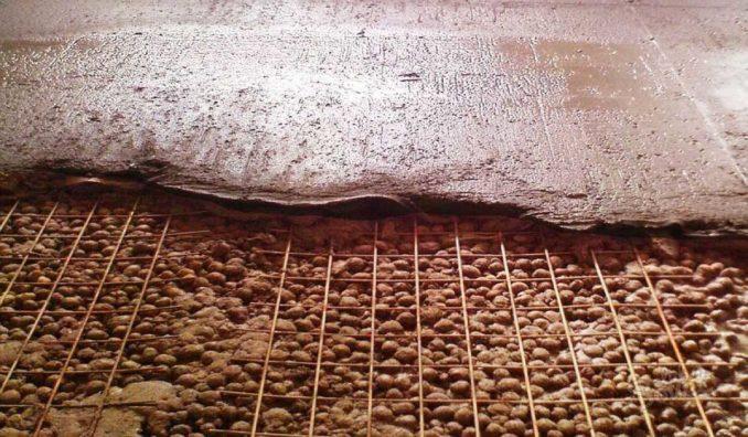Как залить стяжку на керамзит: проливаем слой керамзита жидким цементным раствором, ждем пока схватится. Через сутки-двое кладем армирующую сетку, выставляем маяки. Заливаем раствор