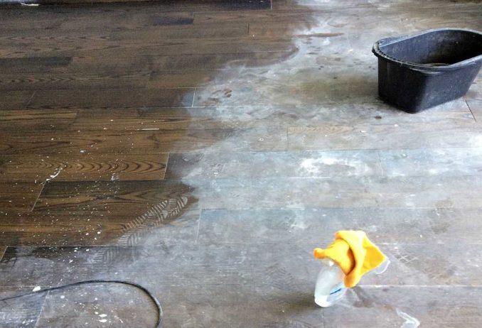 Вода с уксусом и/или солью вполне эффективна при борьбе с белыми разводами от строительной пыли