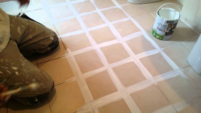 Проработка швов при покраске керамической плитки в ванной очень важна