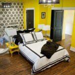 Темно-коричневый пол сочетаться с белым, теплыми оттенками желтого