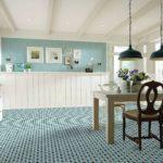 Яркие цвета на полу больше характерны для кухни
