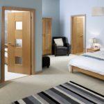 Теплый цвет дверей и мебели делает голубой не таким холодным