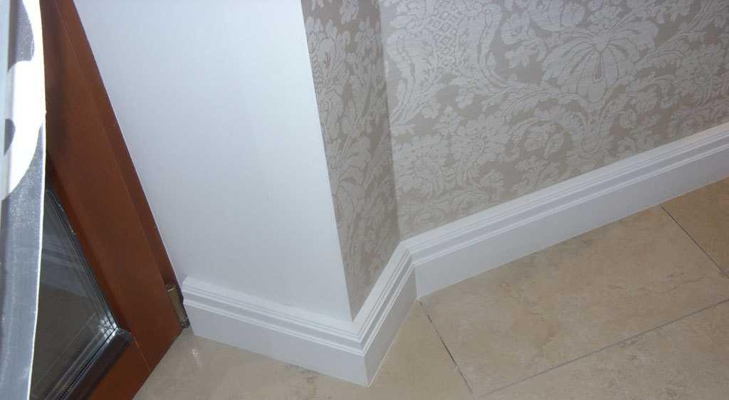 Белый напольный плинтус: в интерьере, материал, как красить