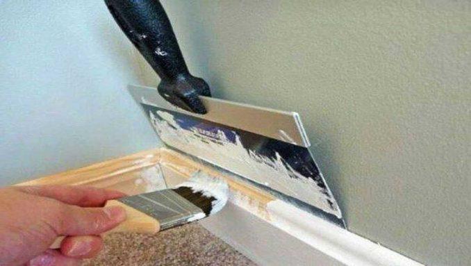 Если красить будете после установки, то только так - используя широкий шпатель между стеной и плинтусом, потому его очищаем, и красим нижнюю часть, вставляя шпатель между полом и плинтусом