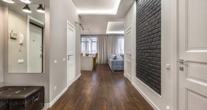 Прихожие и коридоры не отличаются простором. Чтобы не чувствовать себя как в клетке, используйте белый напольный плинтус