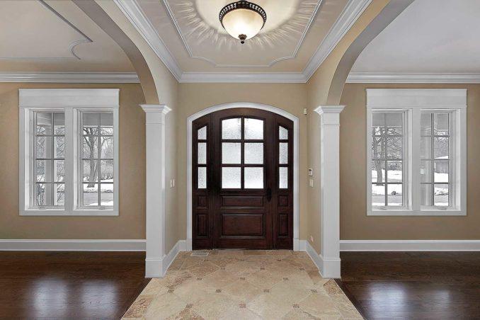 Белый плинтус и темные двери, насыщенный цвет стен
