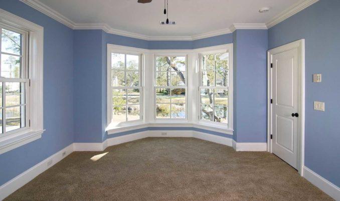 Яркие стены, белый плинтус и белые двери - классика жанра