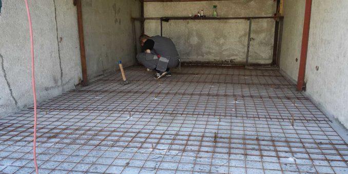 Правильная укладка армирующей сетки - с заходом одной на другую и связыванием их на стыках. А вбитые штыри - вместо маяков. По ним будут ровнять уровень бетона. Тоже своего рода маяки. Или на них можно закрепить планки. Так будет проще выровнять в горизонт