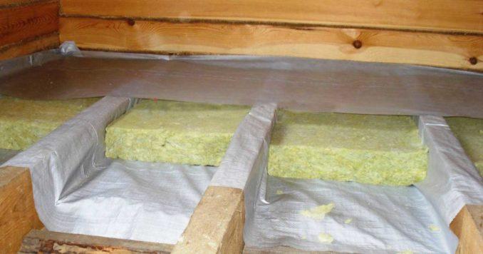 Пол по деревянным балкам первого этажа: настил гидроизоляции на расстоянии 2-3 см от поверхности утеплителя
