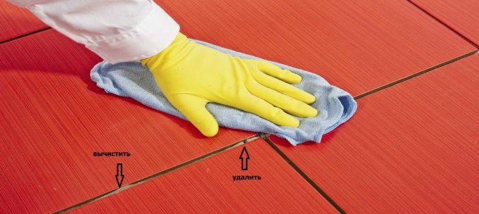 Перед тем как затереть швы на плитке надо убрать излишки клея и мусор из межплиточных швов