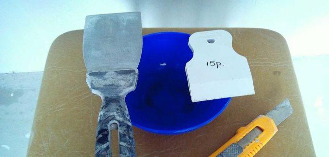 Для затирки швов цементным составом нужны два шпателя - металлический и резиновый