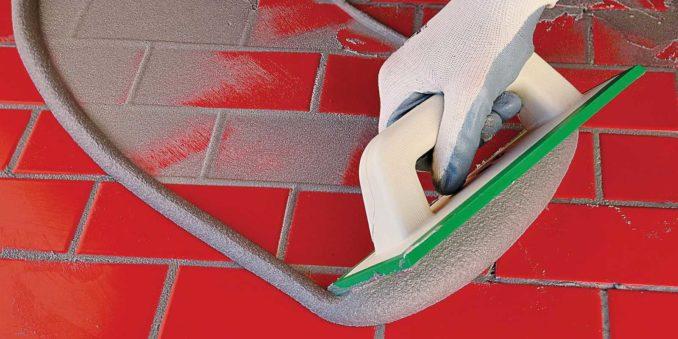 Удобнее работать специальным инструментом с резиновой подошвой