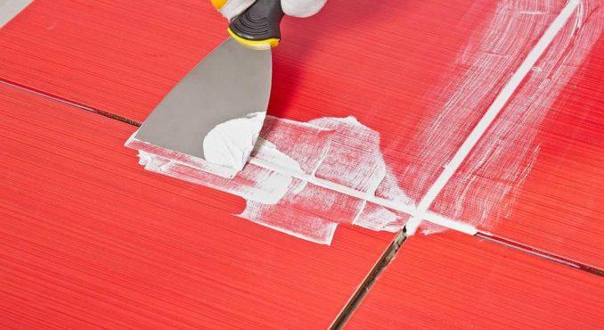 Затирать швы на плитке можно и при помощи металлического шпателя. Но он не так удобен