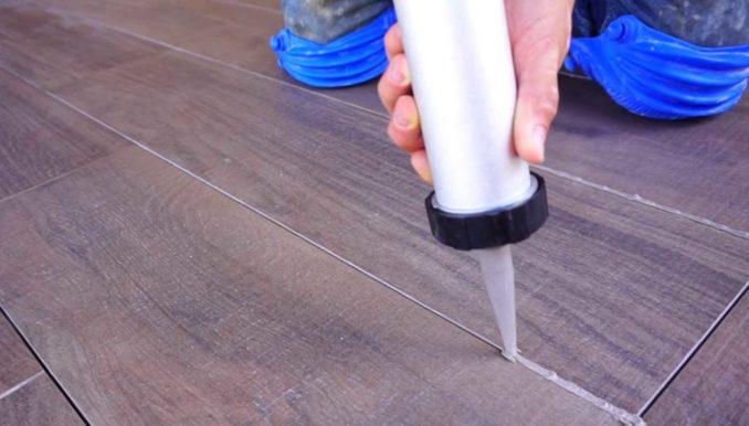 Заполнять швы можно и шприцем. Получается более аккуратно, что важно на рельефном покрытии