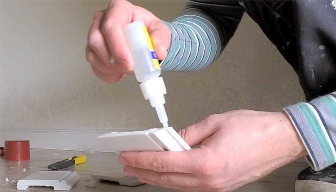 Как клеить плинтуса на пол: остатки клея сразу убираем