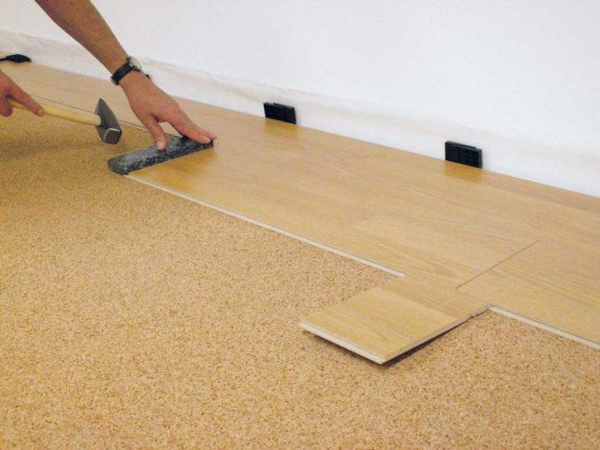 Покрытие не должно доходить до стен. Это одно из основных правил укладки паркетной доски