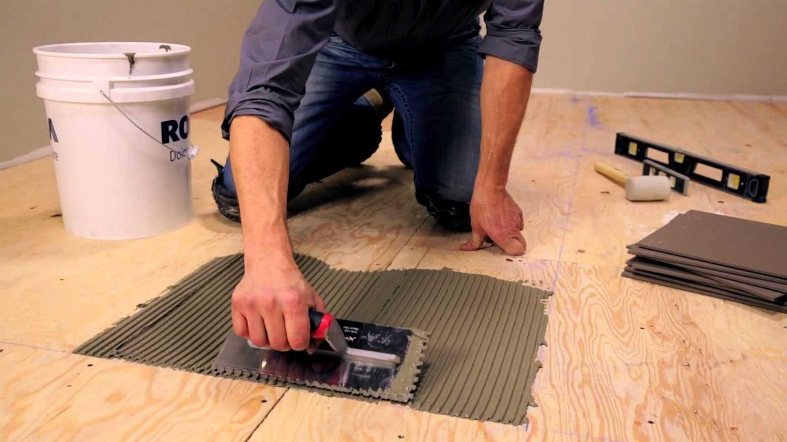 Как класть керамогранит на деревянный пол