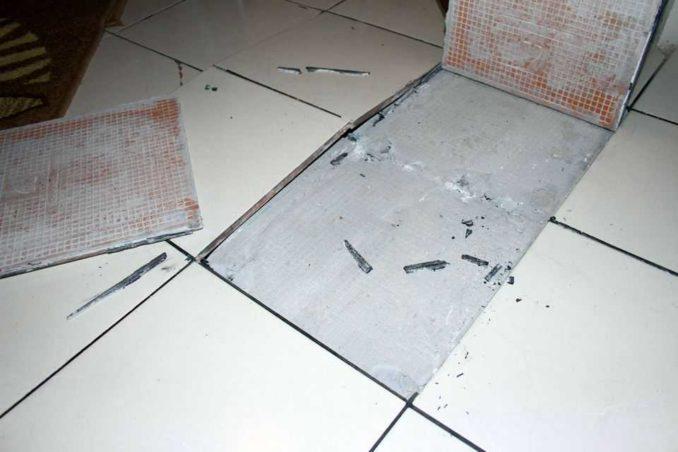 Если клей разрушится, плитка поднимется