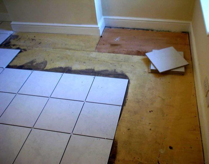 Перед тем как класть плитку на деревянный пол надо обследовать его