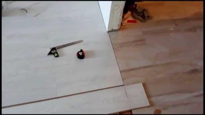 Для стыковки плитки и ламината без порогов оба покрытия надо вывести на один уровень и подрезать идеально