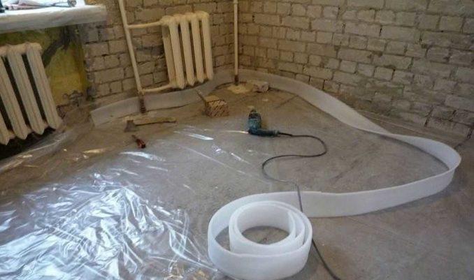Гидроизоляция заводится на стены и крепится, затем разворачивается и крепится демпферная лента