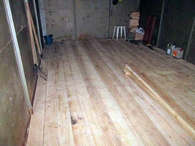 Новый деревянный пол в гараже смотрится замечательно. А чтобы он не был очень грязным, его надо покрасить