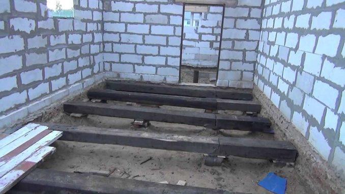 Один из вариантов того как можно сделать деревянный пол в гараже: использовать шпалы и установить их повыше, а не уложить на грунт
