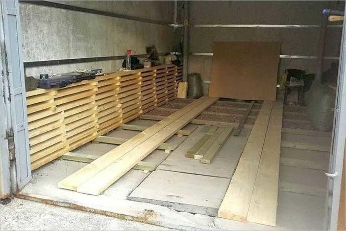 Толщина досок для устройства деревянного пола в гараже - 50 мм. Чтобы сэкономить, можносделать черновой настил из необрезной доски 25 мм и сверху настелить обрезную 28 мм