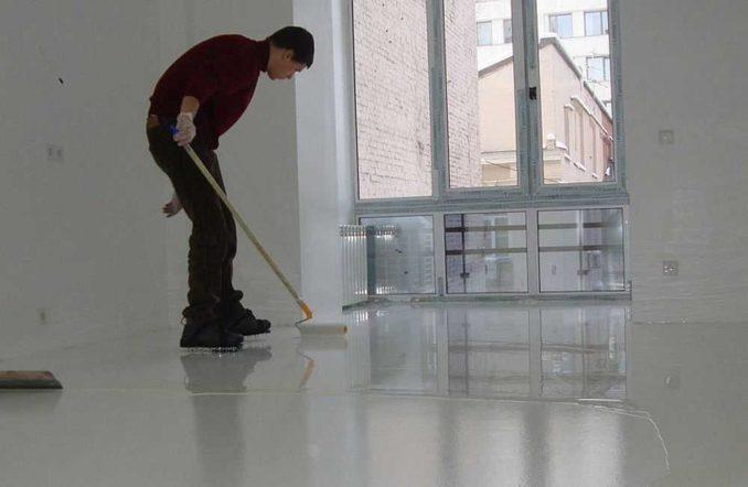 Покрытие лаком - один из этапов создания прочного покрытия