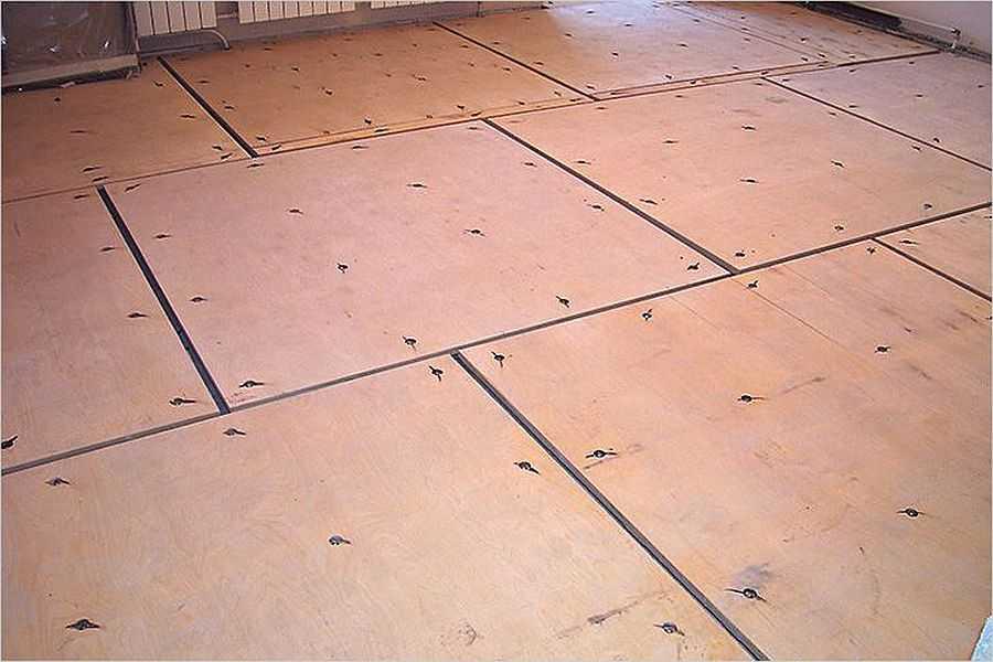 Выравнивание пола из бетона при помощи листов фанеры без лаг