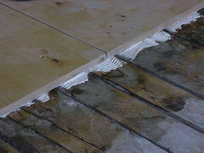 Если класть фанеру на старый дощатый пол, можно применять клей или мастику. Состав заполнит неровности. Хотя, лучше его отциклевать, и лишь потом класть фанеру