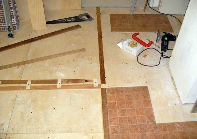 Берем крестик и раскладываем керамогранит на полу без клея