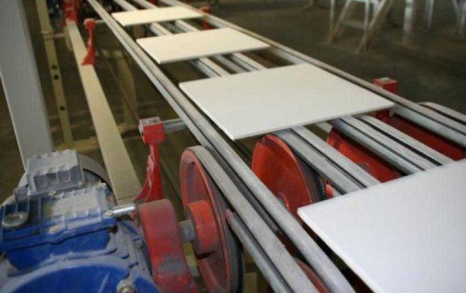 Керамогранит более плотный чем керамическая плитка. Он имеет лучшую теплопроводность и гораздо прочнее