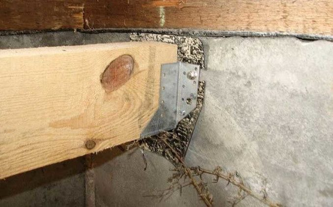 Крепление лаг пола к стене на П-образные пластины
