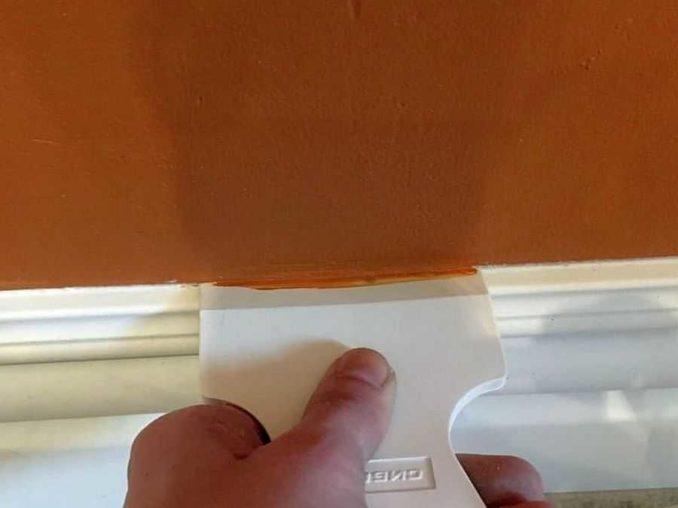 Если окрашенные стены при покраске плинтуса запачкались, можно подкрасить их так