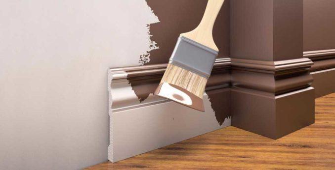 Когда красить плинтус из пенопласта. Если собираетесь в один тон со стенами, можно покраску начинать уже после монтажа плинтуса
