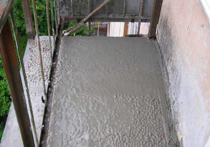 Необходимо выждать пока бетон наберет прочность