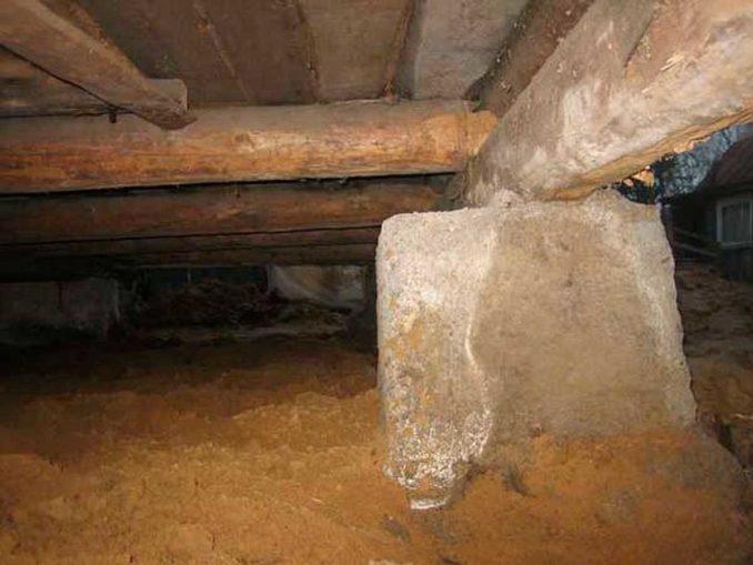 Ограничить поступление влаги из грунта несложно: пленка + песок