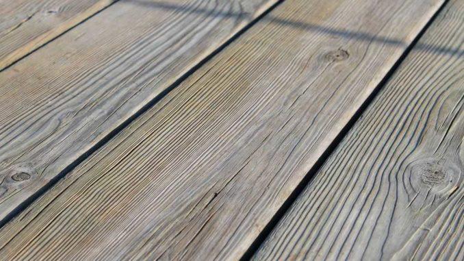 Стягивать деревянные полы приходится несколько раз. Первый - при укладке, второй - после нескольких лет, так как доски усыхают, появляются щели