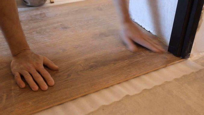 Чтобы щель между ламинатом и дверной коробкой не была проблемой, постепенно добиваемся нужных размеров