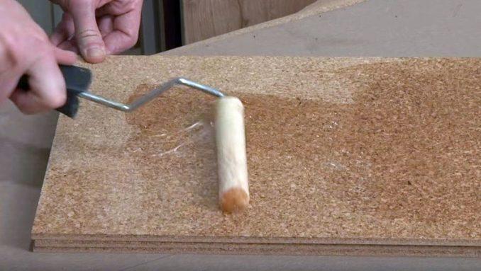 Пол из клеевой пробки приклеивают на особый тип клея